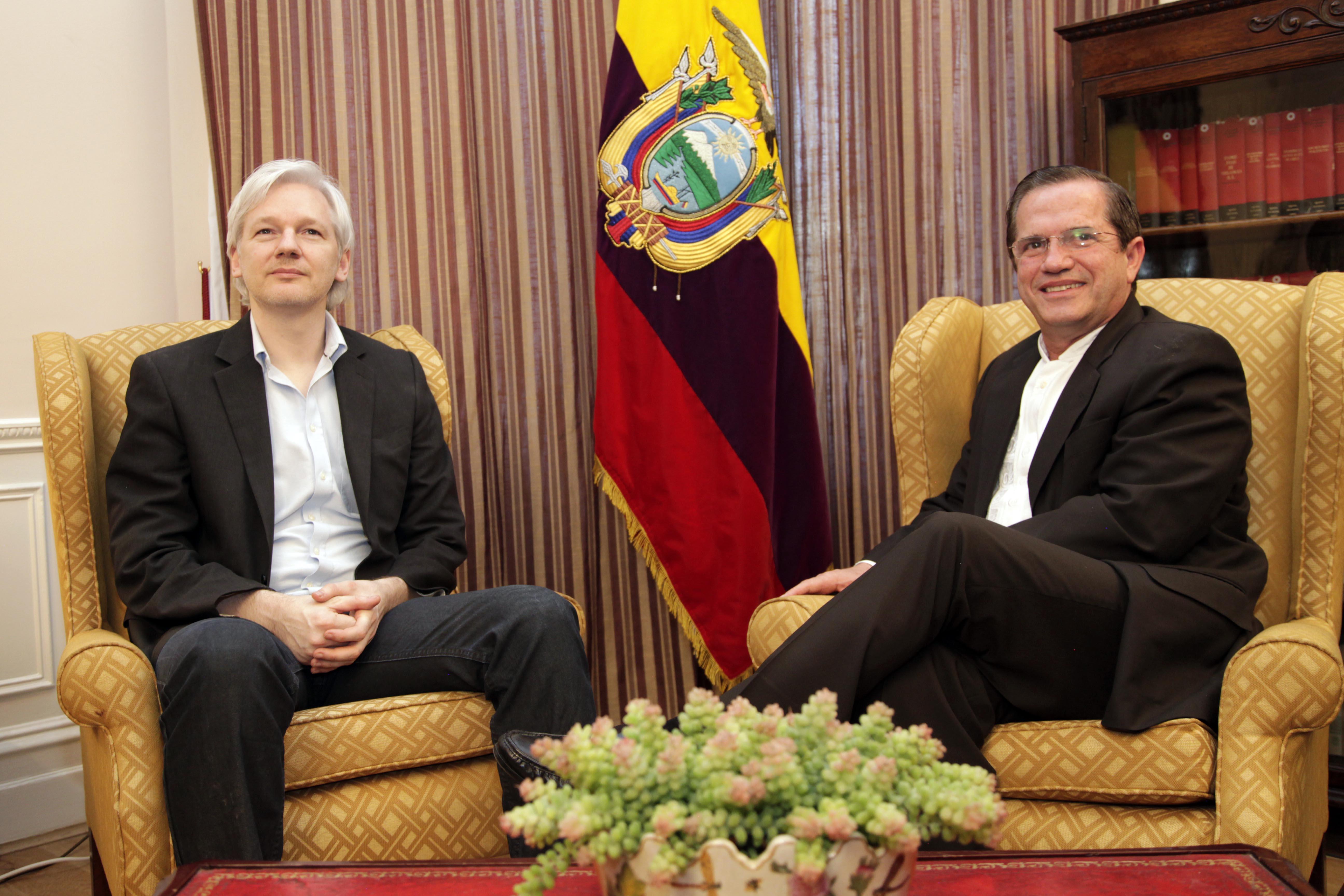 Canciller Ricardo Patiño se reunió con Julian Assange